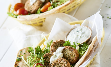 Falafel_in_pita_bread_and_tzatziki